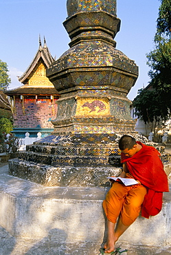 Buddhist monk reading a book, Wat Xieng Thong, Luang Prabang, Laos, Indochina, Southeast Asia, Asia