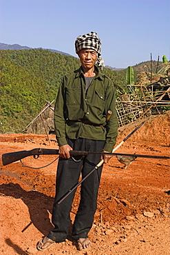 Ann man carrying gun coming back from hunting trip, Ann village, Kengtung (Kyaing Tong), Shan State, Myanmar (Burma), Asia