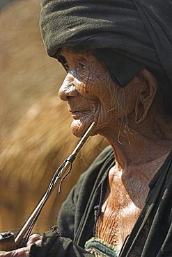 Wan Sai village (Aku tribe), old Aku lady smoking wooden pipe, Kengtung (Kyaing Tong), Shan State, Myanmar (Burma), Asia