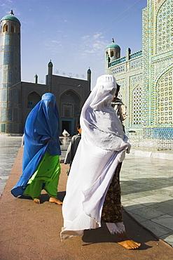 Pilgrims at the shrine of Hazrat Ali, who was assassinated in 661, Mazar-I-Sharif, Balkh province, Afghanistan, Asia
