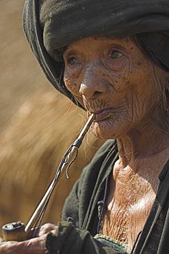 Old Aku lady smoking wooden pipe, Wan Sai village, Kengtung (Kyaing Tong), Shan state, Myanmar (Burma), Asia