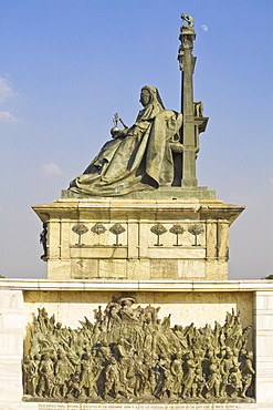 Statue of Queen Victoria on her throne wearing the robes of the Star of India,  Victoria Memorial, Chowringhee, Kolkata (Calcutta), West Bengal, India, Asia