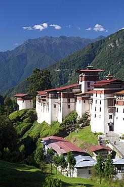 Trongsa Dzong set against tree-covered mountains, Trongsa, Bhutan, Himalayas, Asia