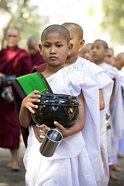 Novice Buddhist nuns queueing for a meal at Mahagandayon Monastery, where some 2000 monks and nuns are fed daily, Mandalay, Myanmar (Burma), Asia