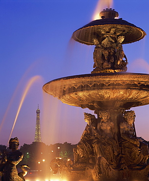 The water fountain in the Place de la Concorde with the Eiffel Tower beyond, Paris, France, Europe
