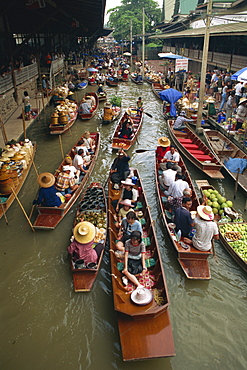Tourist boats on the klong at the Floating Market at Nakhon Pratom in Thailand, Southeast Asia, Asia