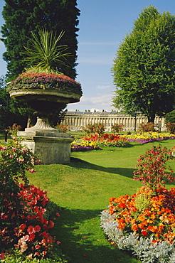 Gardens and the Royal Crescent, Bath, Avon, England, UK