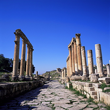 Cardo (main street) of the Roman Decapolis city, dating from 39 to 76 AD, looking south to the Temple of Zeus, Jerash, Jordan, Middle East