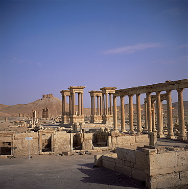 Graeco-Roman Tetrapylon and Qalaat Ibn Maan, 17th century Arab castle on hill behind, Palmyra, UNESCO World Heritage Site, Syria, Middle East