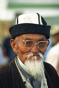 Portrait of an old Kirghiz man with white beard, felt hat and glasses at the horse market at Balikchi in Kyrgyzstan, Central Asia, Asia