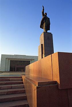 One of last Lenin statues, Lenin Square, Bishkek, Kyrgyzstan, Central Asia, Asia