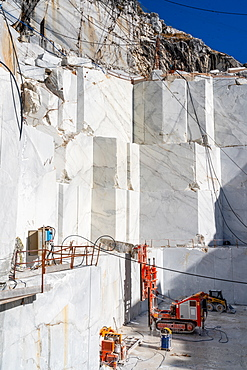 Stone cutter at Cervaiole Marble Quarry on Mount Altissimo, Seravezza, owned by Henraux, Tuscany, Italy, Europe