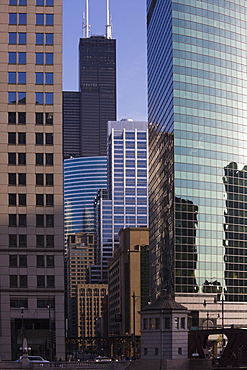 Chicago skyscrapers, Sears Tower behind, 333 West Wacker Drive, right, Chicago, Illinois, United States of America, North America