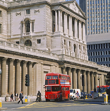 Double decker bus in front of the Bank of England, Threadneedle Street, City of London, London, England, UK
