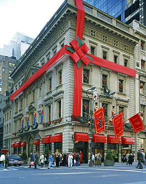 Christmas decoration on the exterior of Cartier's shop on 5th Avenue, New York, United States of America, North America