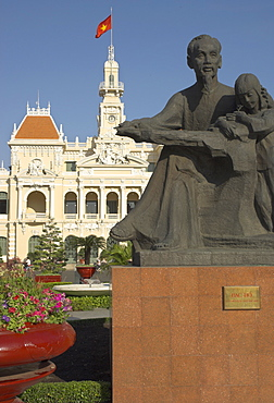 Statue of Ho Chi Minh in front of the Hotel de Ville (People's Committee Building), Ho chi Minh City (Saigon), Vietnam, Indochina, Southeast Asia, Asia