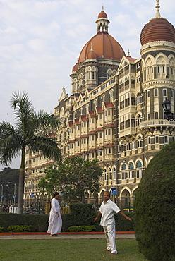 Guest doing morning exercises in public garden by the Taj Mahal Intercontinental hotel, Colaba, Mumbai (Bombay), Maharashtra state, India, Asia.