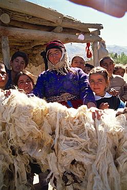 Woman proud of her dried wool, Kurdistan, Anatolia, Turkey, Asia Minor, Eurasia