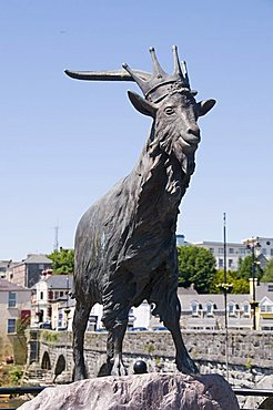Statue to King Puck, Killorglin, famous for the Puck Festival, Ring of Kerry, County Kerry, Munster, Republic of Ireland, Europe