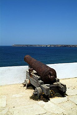 Fortaleza de Sagres, old cannon facing Cabo de Sao Vicente, the most westerly point in Europe, Algarve, Portugal