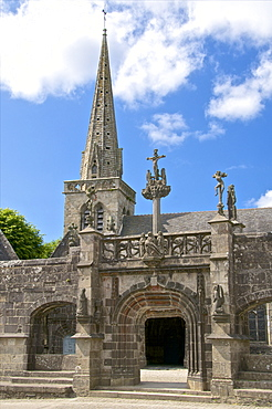 Monumental Gate, flamboyant 16th century, La Martyre church enclosure, church and steeple, La Martyre, Finistere, Brittany, France, Europe