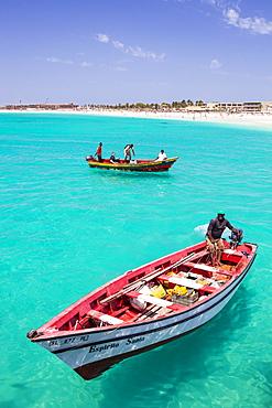 Fishermen bringing their catch of fish in fishing boats to Santa Maria, Sal Island, Cape Verde Islands, Atlantic, Africa