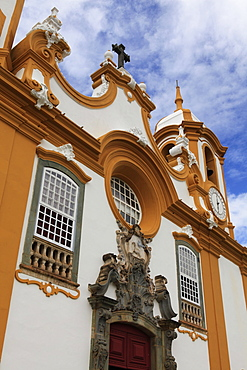 Sao Antonio church, originally a wooden chapel built in 1702, the time of the first explorers, its present facade dates from 1810 and is by Aleijadinho, Tiradentes, Minas Gerais, Brazil, South America