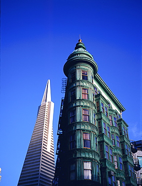 The Transamerica Pyramid (designed by the architect William Pereira and built in 1972) and Victorian style hotel, San Francisco, California, USA