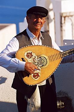 Greek musician, Oia, Santorini (Thira), Cyclades, Greek Islands, Greece, Europe