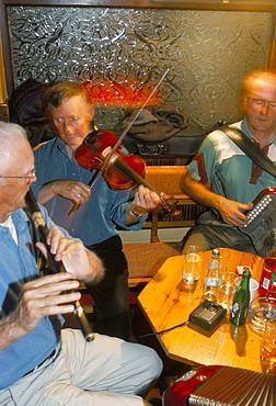 Musicians in the M.J. Hoban pub, Wesport, County Mayo, Connacht, Eire (Ireland), Europe