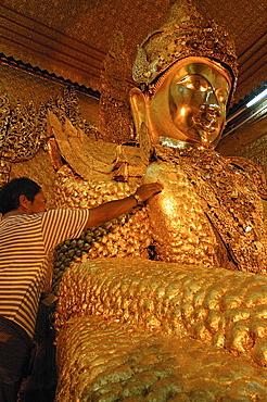 Worshippers at Maha Muni (Great Sage) Pagoda (Mahamuni Paya), Mandalay, Myanmar (Burma), Asia