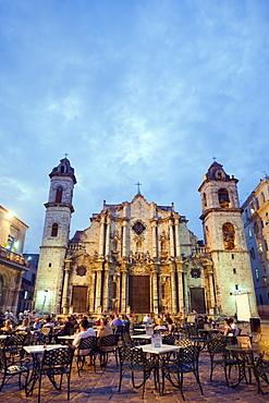 Outdoor dining, San Cristobal Cathedral, Plaza de la Catedral, Habana Vieja (Old Town), UNESCO World Heritage Site, Havana, Cuba, West Indies, Caribbean, Central America