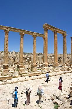 Islamic women on Cardo Maximus colonnaded street, Roman city, Jerash, Jordan, Middle East