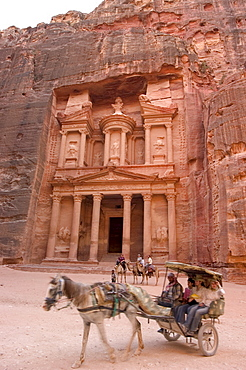 Horse and carriage in front of the Treasury (Al-Khazneh), Petra, UNESCO World Heritage Site, Wadi Musa (Mousa), Jordan, Middle East