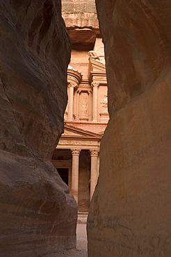 View of the Treasury (Al-Khazneh) from the Siq, Petra, UNESCO World Heritage Site, Wadi Musa (Mousa), Jordan, Middle East