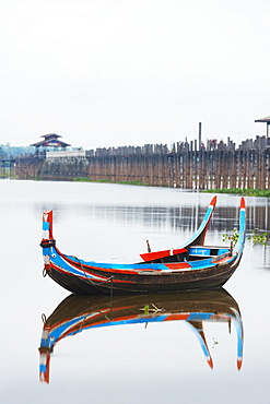 Colourful boat and U Bein Bridge on Taungthaman Lake, Amarapura, Mandalay, Myanmar (Burma), Asia