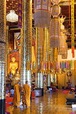 Monks at Wat Chedi Luang Worawihan temple, Chiang Mai, Thailand, Southeast Asia, Asia