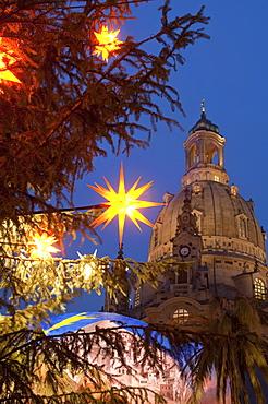 Christmas tree star decoration and Frauen Church at Christmas Market at twilight, Neumarkt, Innere Altstadt, Dresden, Saxony, Germany, Europe