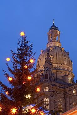Christmas tree and Frauen Church at Christmas Market at twilight, Neumarkt, Innere Altstadt, Dresden, Saxony, Germany, Europe