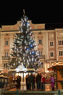 Christmas tree, Baroque building and stalls at Christmas Market, Hauptplatz, Linz, Oberosterreich (Upper Austria), Austria, Europe