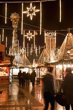 Stalls of Christmas Market, with Baroque Trinity Column in background, Hauptplatz, Linz, Oberosterreich (Upper Austria), Austria, Europe