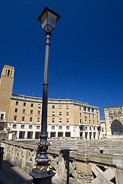 lucchetti degli innamorati su lampione vicino a Anfiteatro, Lecce, Puglia, Italy