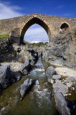 Ponte dei Saraceni bridge, Adrano, Catania, Sicily, Italy, Europe