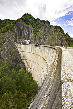 Lacul Vidraru with dam, barrage in the Fagars Mountains, part of the Carpathian Mountains, Europe, Eastern Europe, Romania