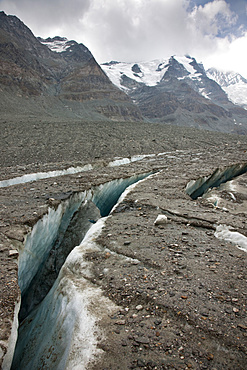 Radial crevasses of the glacier Pasterze near Grossglockner. the radial crevasse are the first signs of the collapsing of another glacier area and the forming of new dead ice, Europe, central europe, Austria