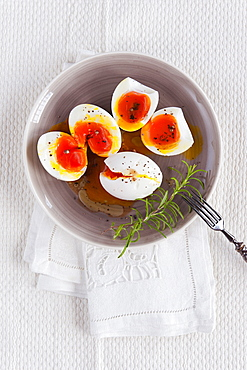 Fresh eggs à la provençale with extra virgin olive oil, vinegar and freshly ground pepper, Port Grimaud, Provence, Francia.
