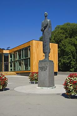 Staue of King Haakon VII, in front of the Holmenkollen building, Oslo, Norway, Scandinavia, Europe