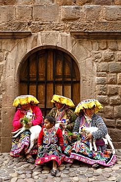 Quechua women in traditional dress at Calle Loreto, Cuzco, Peru, South America