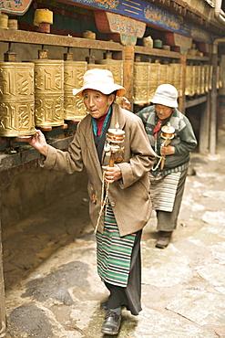 Women circuit the inner Jokhang temple, walking the circumambulation pathway (Nangkhor), Jokhang temple, Barkhor, Lhasa, Tibet, China, Asia