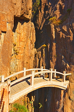 Footbridge, White Cloud scenic area, Huang Shan (Yellow Mountain), UNESCO World Heritage Site, Anhui Province, China, Asia